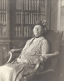 """Alice Hargreaves in 1932, two years before her death (""""Alice hargreaves"""" by W Coulbourn Brown, Rosenbach Museum and Library http://www.rosenbach.org via Wikimedia Commons)"""
