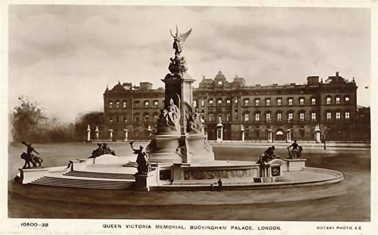 Buckingham Palace, with the Victoria Memorial (1911), from an old postcard