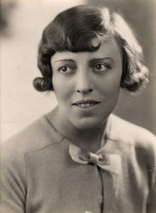 Dodie Smith in the 1930s, photograph by Pearl Freeman (Wikipedia Commons)